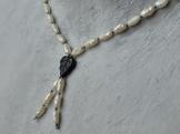 Mit ein paar anthrazith-farbenen Glasperlen wurde die Perlenkette zum raffinierten Schumckstück